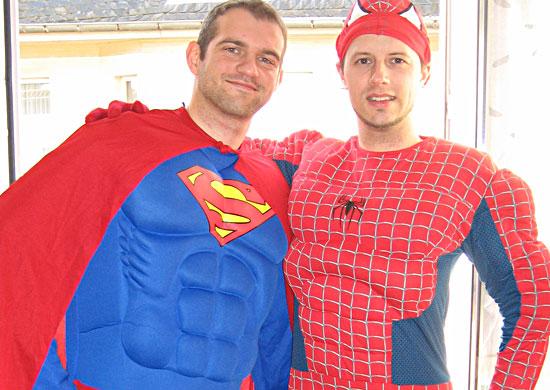 Superman und Spiderman treffen sich zu Karneval in Köln